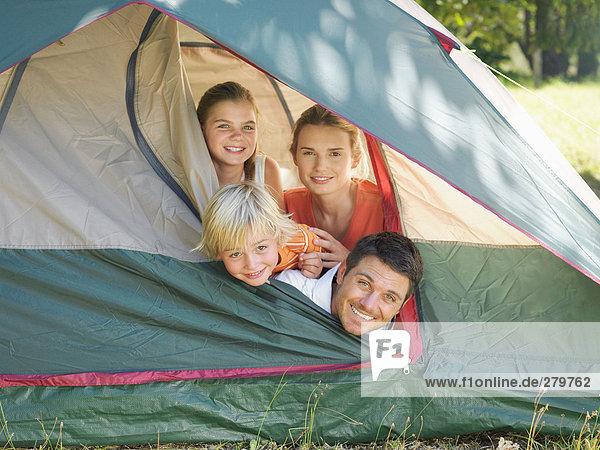 Familie im Zelt