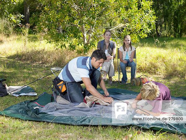 Familie baut Zelt auf