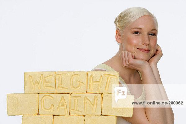 Junge Frau mit Butterblöcken