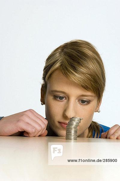 Junge Frau mit Münzhaufen