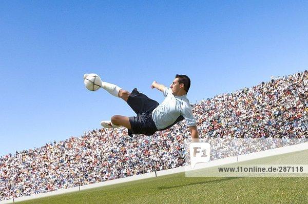 Fußball-Spieler tun Scissor-kick