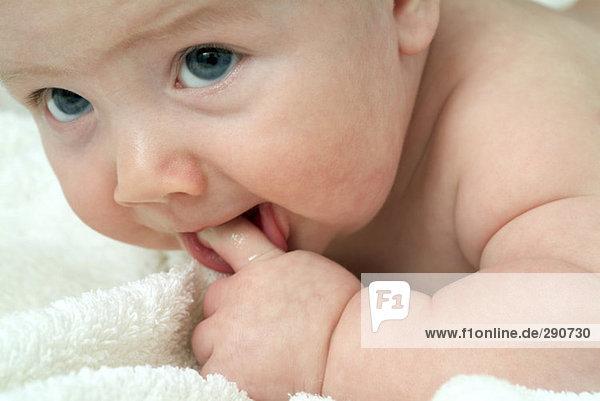 Nahaufnahme kleines Baby Nibbeln auf finger Nahaufnahme kleines Baby Nibbeln auf finger