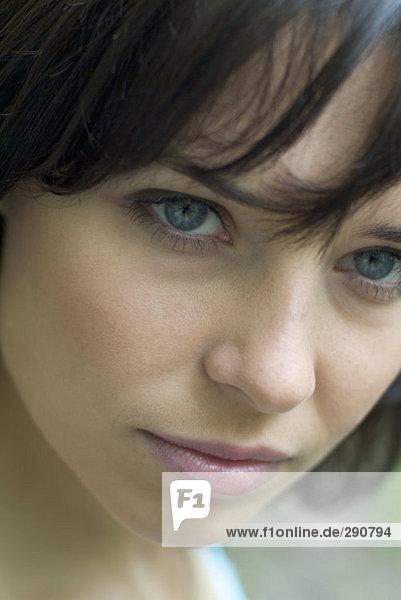 Nahaufnahme der nachdenklich aussehende junge Frau mund