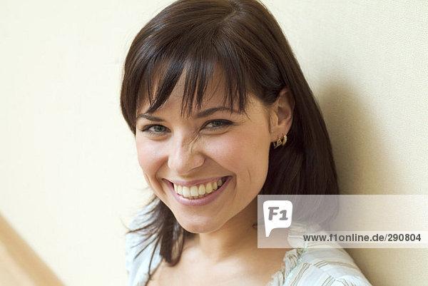 Portrait einer jungen Frau lachend