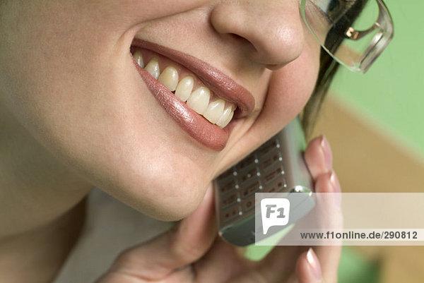 Nahaufnahme am Mund der geschäftsfrau Gespräch auf ihr Mobiltelefon