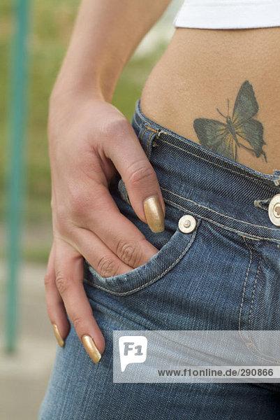 Nahaufnahme Tattoo auf junge junge Woman´s Hüfte