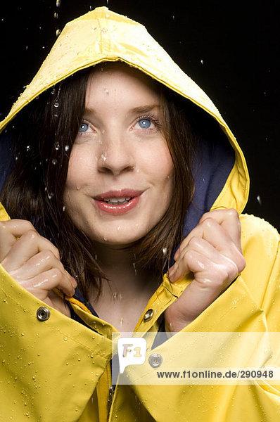 portrait einer jungen frau tragen gelbe regenmantel im regen lizenzfreies bild bildagentur. Black Bedroom Furniture Sets. Home Design Ideas