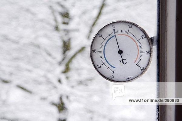 Nahaufnahme der celsius Thermometer lesen Null Grad oder außerhalb Fenster Einfrieren