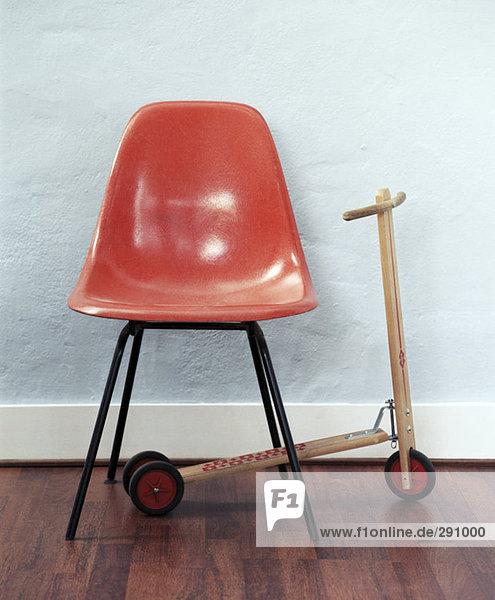 red leeren Stuhls und Scooter im Wartezimmer red leeren Stuhls und Scooter im Wartezimmer