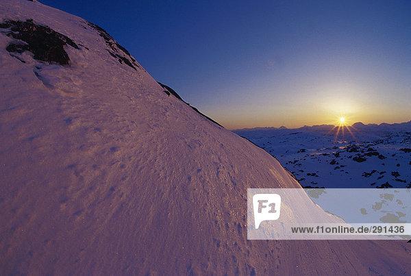 Sonnenuntergang über einer Berglandschaft.