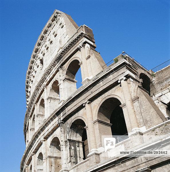 Colosseum gegen einen blauen Himmel.