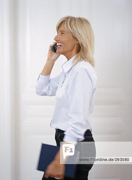 Eine Frau an einem Telefon sprechen.