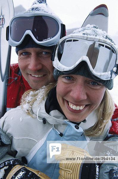 Ein Mann und eine Frau Skibrille tragen.