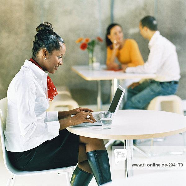 Eine Frau auf einem Laptop arbeiten.