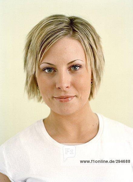 Eine junge blonde Frau Blick in die Kamera-Portrait.