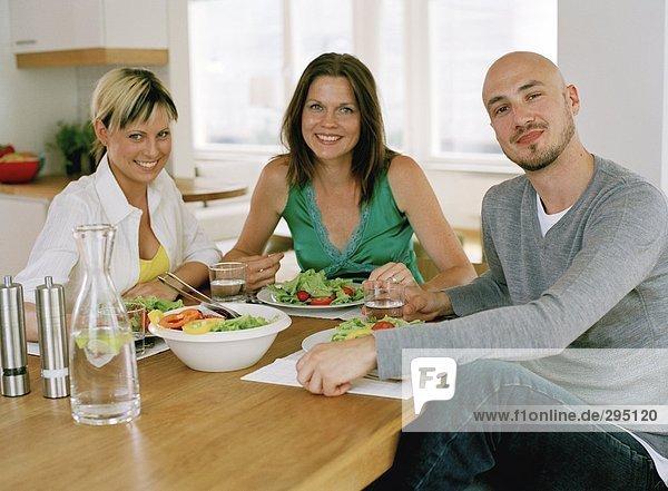 Drei Menschen essen.
