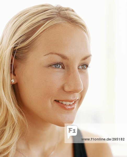 Junge Frau lächelnd Portrait.