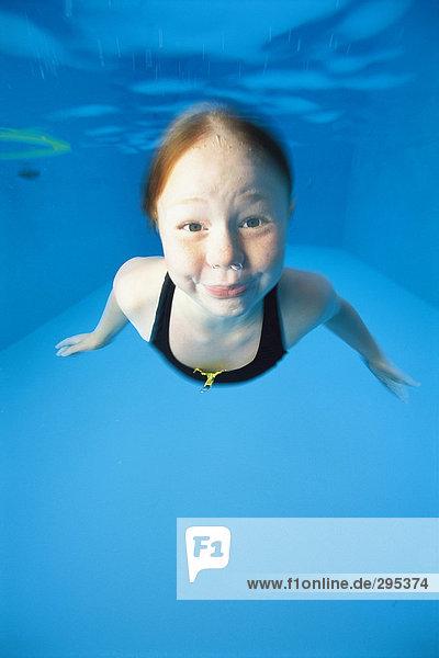 Unterwasseraufnahme Ansicht Schwimmbad schwimmen Mädchen