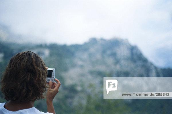 Eine Person fotografieren Berge.