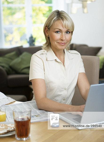 Interior  zu Hause  Frau  Notebook  arbeiten