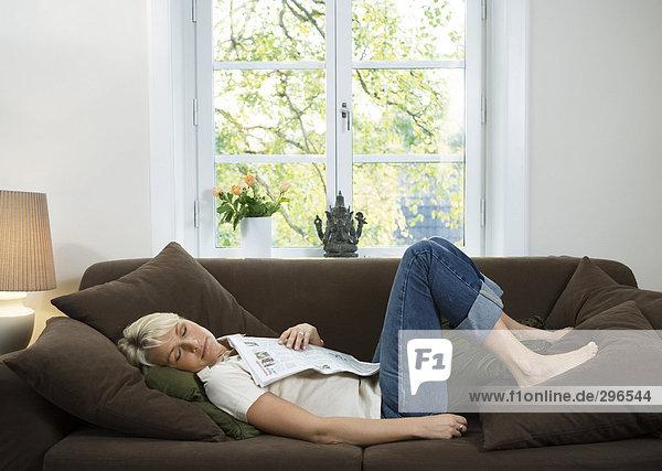 Eine Frau in einem Sofa schlafen.