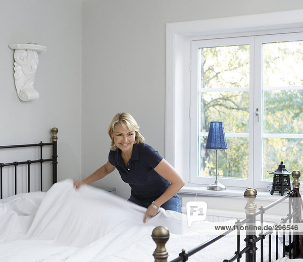 Frau lächeln Produktion Bett