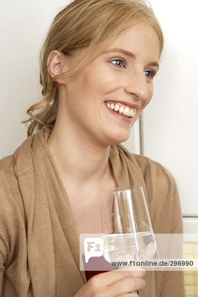 Eine Lächelnde Frau mit einem Glas Wein.