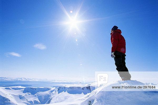 Ein Mann auf Berggipfel mit Blick auf die Bergkette. Ein Mann auf Berggipfel mit Blick auf die Bergkette.