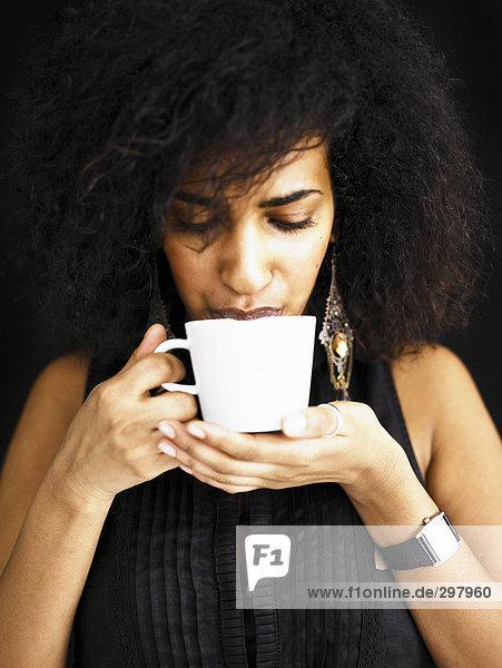 Frau aus einer Tasse trinken.