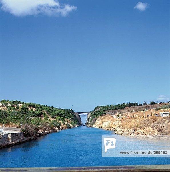 Kanal fließt durch Klippen  korinthischen Canal  Isthmos  Korinth  Griechenland