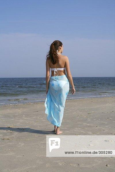 Junge brünette Frau geht am Strand spazieren - Ruhe - Einsamkeit  fully_released