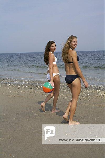 Junge Frauen stehen nebeneinander am Strand - Urlaub - Vitalität  fully_released
