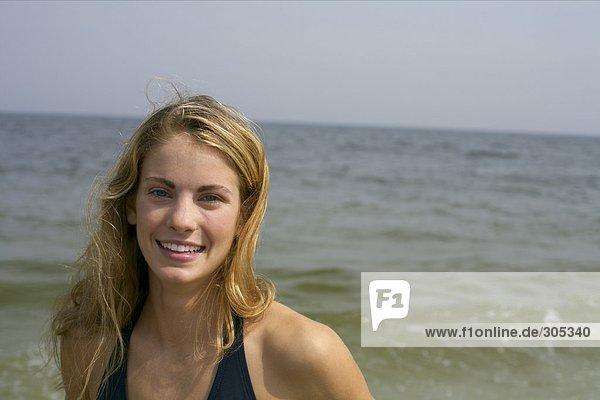 Junge blonde Frau im Bikini - Urlaub - Spaß  fully_released