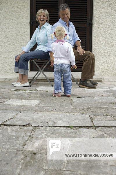 Älteres Ehepaar sitzt miteinander auf der Terrasse und lacht - Freizeit  fully_released