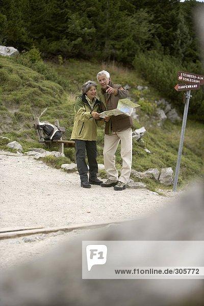 Älteres Paar steht an einem Scheideweg - Entscheidung - Orientierung  fully_released
