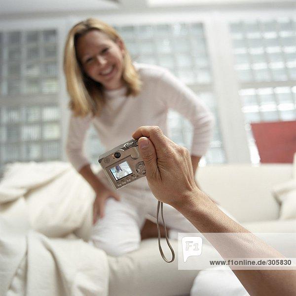 Mann fotografiert eine blonde Frau im Pyjama - Gute Laune - Freizeit - Wohnzimmer