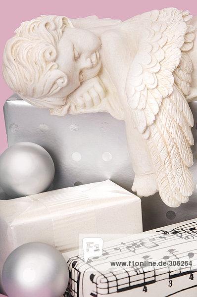 Weihnachtsgeschenke mit Kugeln und Engel