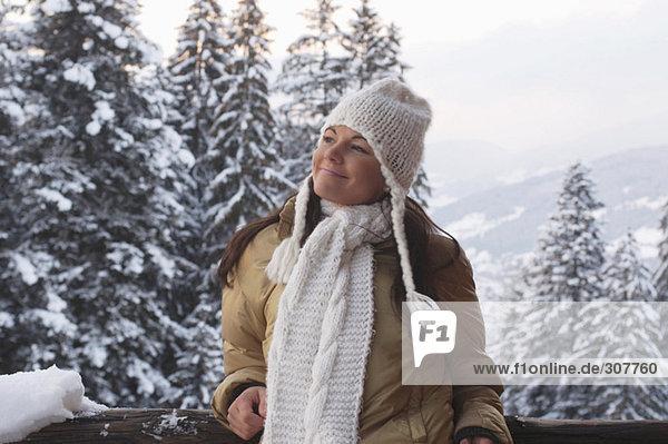 Junge Frau im Schnee  lächelnd