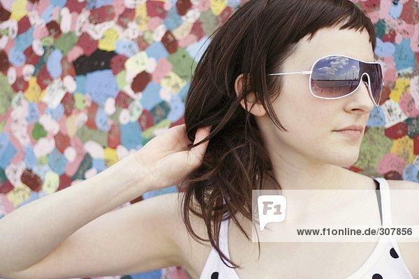 Junge Frau mit Sonnenbrille  Portrait