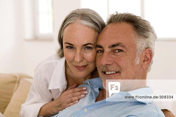 Erwachsenes Paar im Wohnzimmer  Nahaufnahme  Portrait