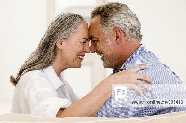 Ein reifes Paar  das die Nasen aneinander reibt  lächelt  Nahaufnahme
