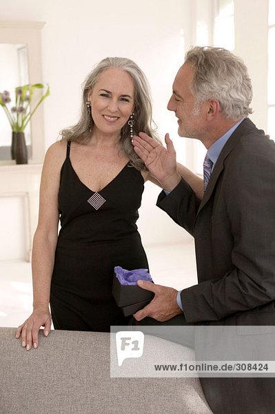 Reife Männer berühren Frauenohrringe  lächelnd