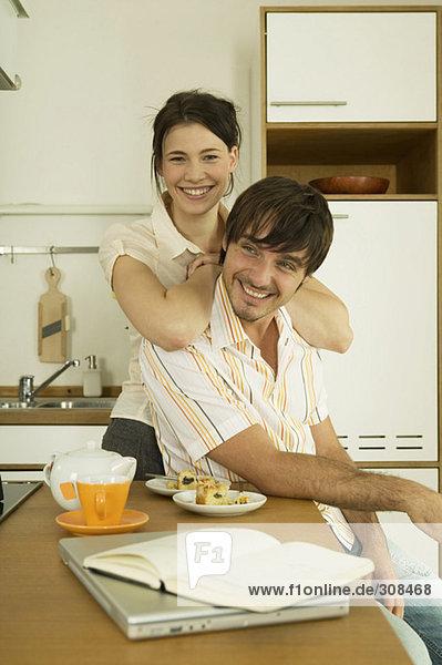 Junges Paar in der Küche  lächelnd