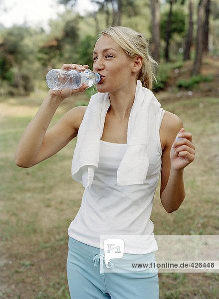 Eine Frau Trinkwasser.