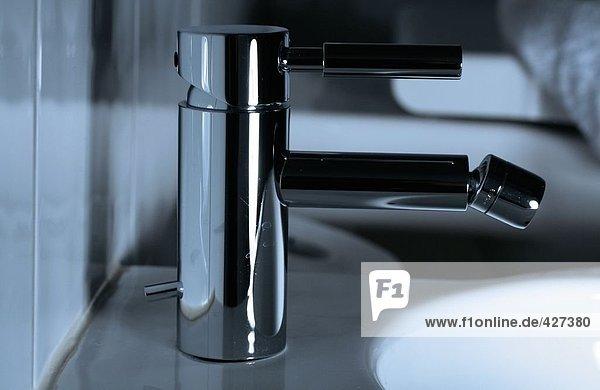 Seitenprofil Wasserhahn am Waschbecken