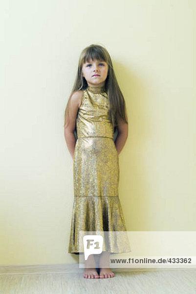 stehend Wand jung Mädchen Kleid