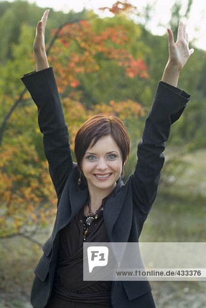 Portrait of glückliche Frau in der Natur