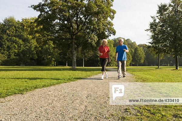 reifes Paar Joggen durch park