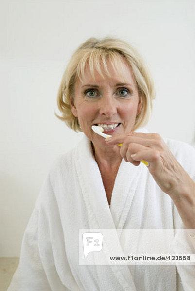 Portrait reife Frau putzen ihre Zähne