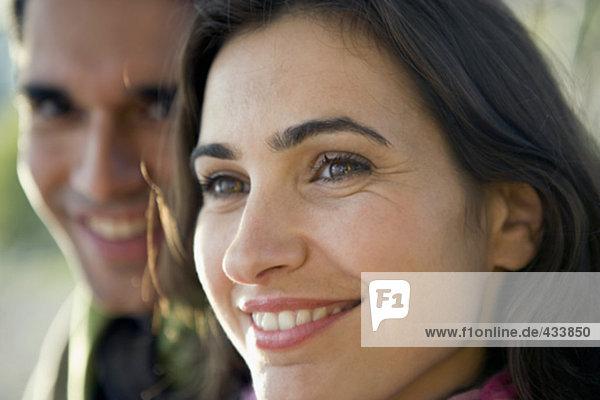 Nahaufnahme Portrait des Paares mit Lächelnde Frau